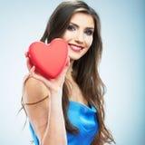 Jeune coeur heureux de rouge de symbole d'amour de prise de femme D'isolement sur le studi Photos stock