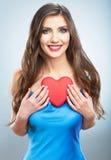 Jeune coeur heureux de rouge de symbole d'amour de prise de femme sur le studi Photographie stock libre de droits