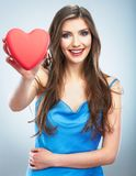 Jeune coeur heureux de rouge de symbole d'amour de prise de femme D'isolement sur le studi Photo stock
