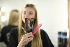 Jeune coiffeur Hold Hairbrush et ciseaux photo libre de droits