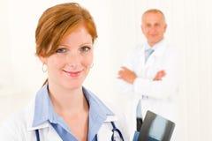 Jeune collègue féminin de mâle de docteur d'équipe médicale image libre de droits