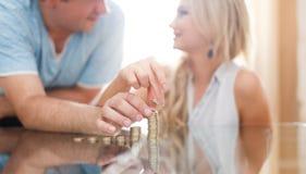 Jeune colonne d'argent de bâtiment de couples sur le bureau Photo stock