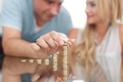 Jeune colonne d'argent de bâtiment de couples sur le bureau en verre Photos stock
