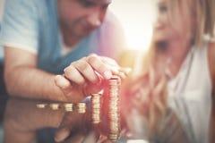 Jeune colonne d'argent de bâtiment de couples sur le style cinématographique de bureau en verre Photos libres de droits