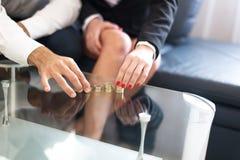 Jeune colonne d'argent de bâtiment de couples d'intérieur Photos stock