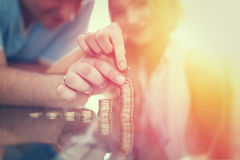Jeune colonne d'argent de bâtiment de couples des pièces de monnaie Images stock