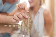 Jeune colonne d'argent de bâtiment de couples sur le bureau en verre Photo stock