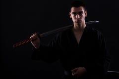 Jeune combattant d'arts martiaux avec le katana photos libres de droits
