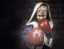 Jeune combattant de boxeur cassant le verre Images libres de droits