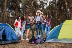 Jeune concept de tourisme de forêt de groupe d'amis Photos libres de droits