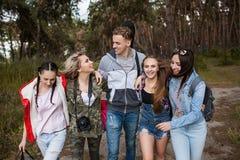 Jeune concept de tourisme de forêt de groupe d'amis Images libres de droits