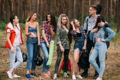 Jeune concept de tourisme de forêt de groupe d'amis Photographie stock libre de droits