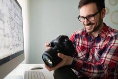 Jeune concepteur beau travaillant sur le projet sur l'ordinateur images libres de droits