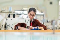 Jeune concepteur d'habillement faisant la nouvelle robe de saison Photographie stock