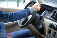 Jeune conducteur asiatique de femme conduisant la voiture Image stock