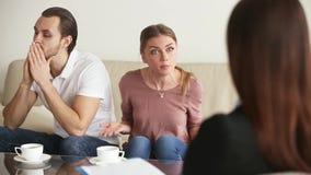 Jeune conseiller de mariage de réunion de couples banque de vidéos