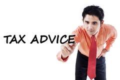 Jeune conseiller montrant le conseil d'impôts Images stock
