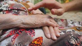 Jeune consolation masculine de mains bras pluss âgé de grand-mère extérieurs Petit-fils et grand-mère passant le temps ensemble clips vidéos