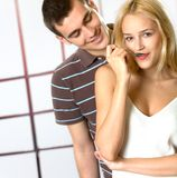 Jeune consommation de sourire de couples Image libre de droits