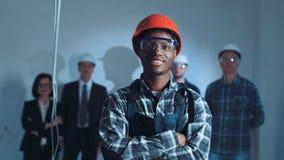 Jeune constructeur africain sur un site Photographie stock