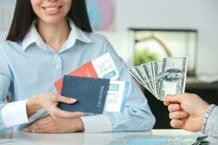 Jeune consultant en matière féminin d'agent de voyage à l'agence de visite avec un plan rapproché de paiement par carte de crédit image libre de droits