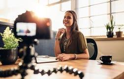 Jeune contenu femelle d'enregistrement de vlogger pour son blog visuel photo stock