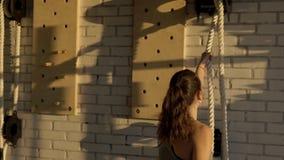 Jeune corde de tractions d'athlète féminin dans le club de sports banque de vidéos