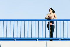 Jeune coureur de femme de forme physique fonctionnant sur le pont de ville Images libres de droits