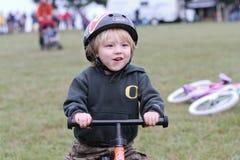 Jeune coureur mâle de bicyclette pendant l'événement de Cycloross Image libre de droits