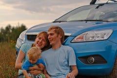 Jeune course de famille en le véhicule Photos libres de droits