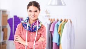 Jeune couturier moderne travaillant au studio Images libres de droits