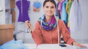 Jeune couturier moderne travaillant au studio Photo libre de droits