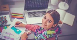Jeune couturier moderne travaillant au studio image libre de droits