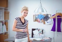 Jeune couturier travaillant au studio Photographie stock libre de droits
