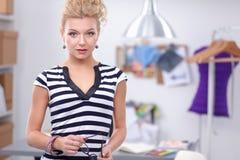 Jeune couturier travaillant au studio Image libre de droits