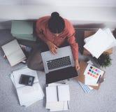 Jeune couturier travaillant au studio Images libres de droits