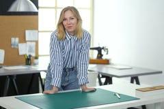 Jeune couturier travaillant au studio photographie stock