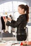 Jeune couturier travaillant dans le bureau Image libre de droits