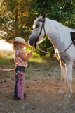 Jeune cow-girl avec le poney. Photographie stock