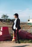 Jeune cow-girl concentrée se tenant dehors Photographie stock libre de droits