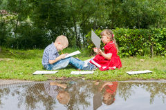Jeune écriture heureuse de fille et de garçon Sourire dedans Image libre de droits