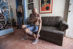 Jeune Cubain avec des tatouages photographie stock libre de droits