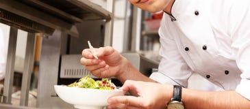 Jeune cuisinier en chef dans le restaurant Photographie stock libre de droits