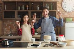 Jeune cuisson heureuse de couples dans la cuisine de grenier Images libres de droits