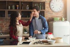 Jeune cuisson heureuse de couples dans la cuisine de grenier Photo libre de droits