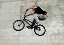 Jeune curseur de bicyclette de BMX Photo libre de droits