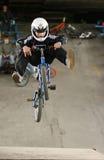 Jeune curseur de mtb effectuant le tour. Photographie stock libre de droits