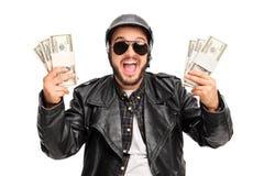 Jeune cycliste heureux tenant l'argent Photos stock