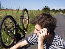 Jeune cycliste nécessitant l'aide Image libre de droits