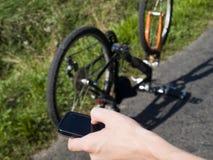 Jeune cycliste nécessitant l'aide Images libres de droits